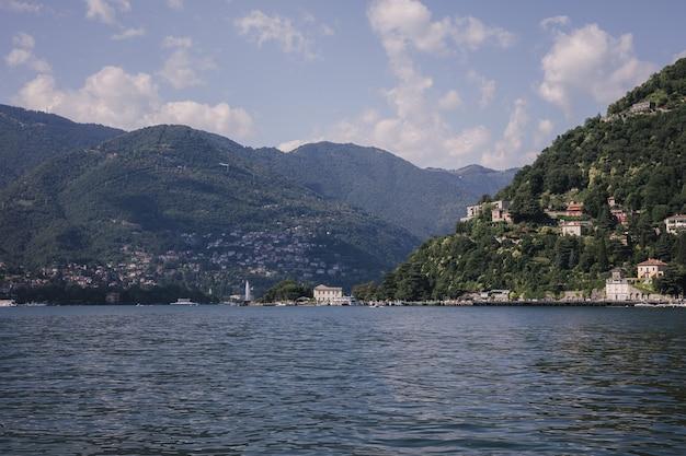 코모 호수(lago di como)의 탁 트인 전망은 이탈리아 롬바르디아의 빙하 기원 호수입니다. 여름날과 극적인 푸른 하늘