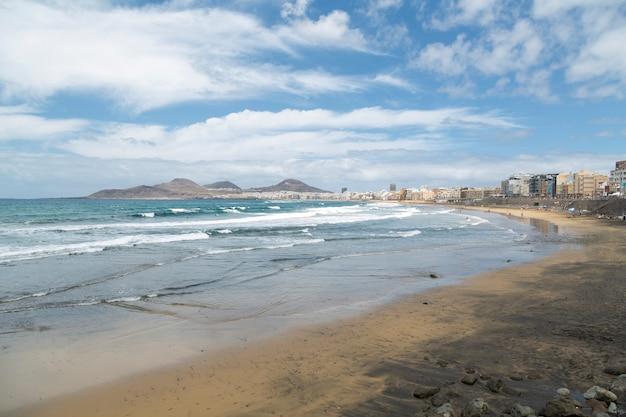 Панорамный вид на пляж лас кантерас на острове гран-канария. испания.