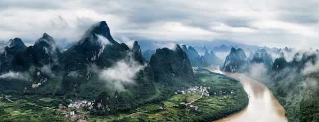 曇り空の下、桂林市陽朔県の李川とマシャン山のパノラマビュー