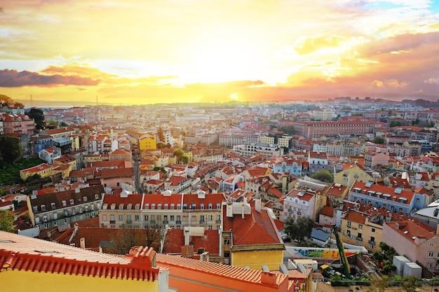 Панорамный вид на смотровую площадку мирадуро да граса в лиссабоне, португалия