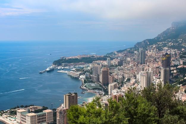 Панорамный вид на город монако с домами и яхтами