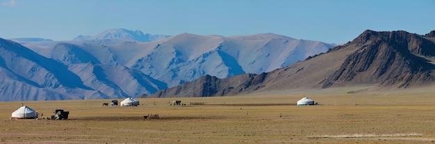 Панорамный вид на монгольскую природу с юртами и пустынными горами