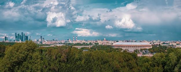 Панорамный вид москвы с воробьевых гор. известное туристическое направление.
