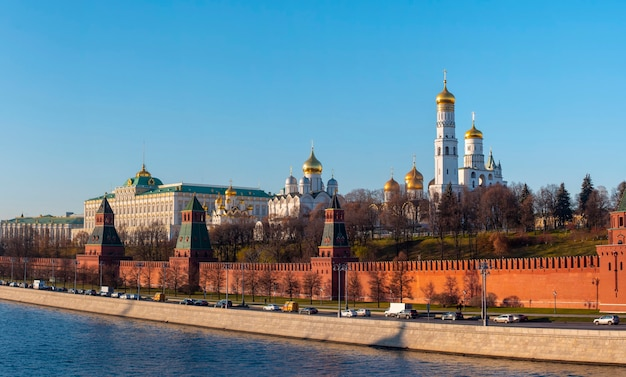 Панорамный вид московского кремля с церквями, россия Premium Фотографии