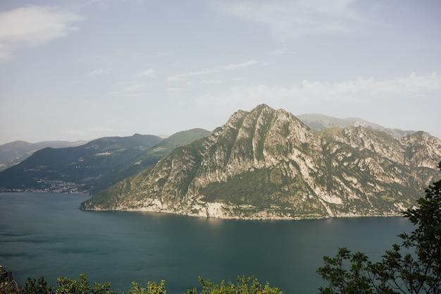 真ん中に島がある山の湖のパノラマビュー。