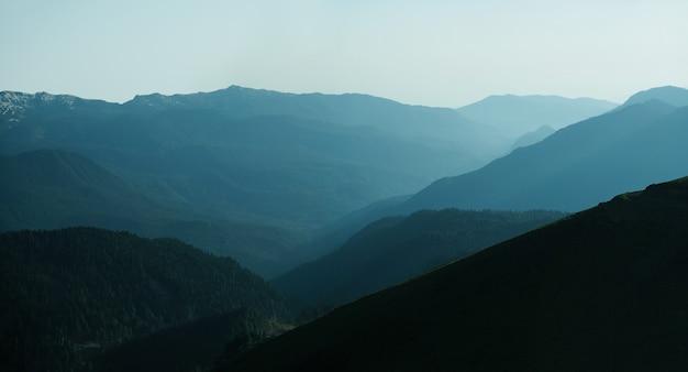 일몰 시 산맥의 탁 트인 전망. 블루 그라데이션 배경