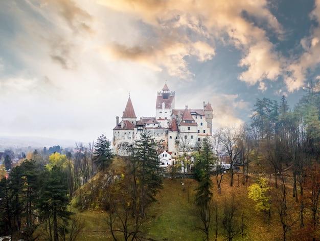 日没時のルーマニアの神秘的なブラン城のパノラマビュー