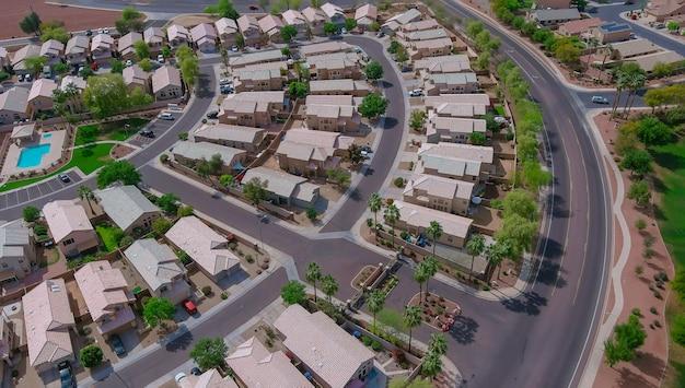 米国アリゾナ州フェニックスの住宅街の家の屋根の近所のパノラマビュー