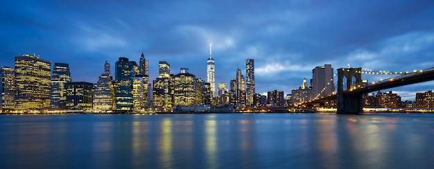 Панорамный вид на центр манхэттена нью-йорка в сумерках