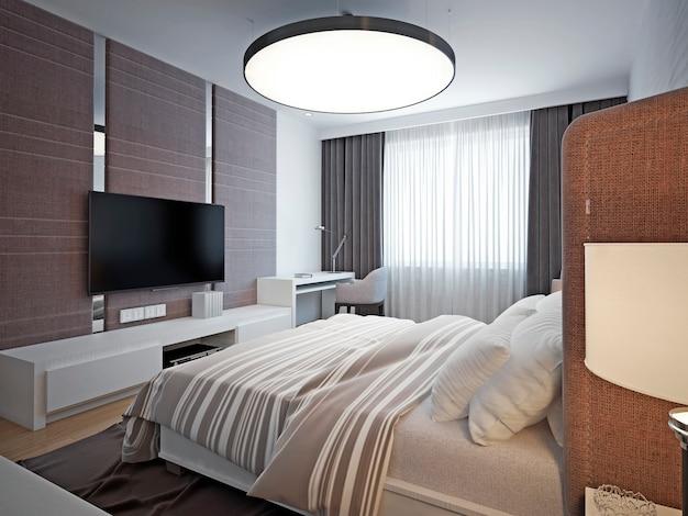 Панорамный вид на красивую уютную спальню с хорошим освещением и комфортным мягким дизайном.