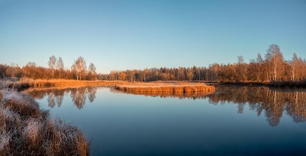 美しい晴れた秋の日の北の沼のパノラマビュー