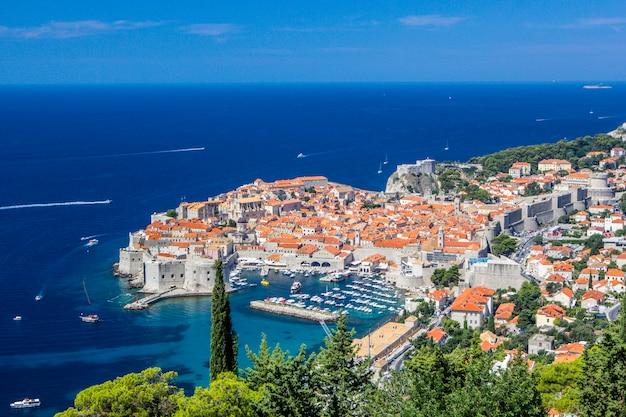 Панорамный вид на старый город и далматинское побережье адриатического моря в дубровнике, хорватия