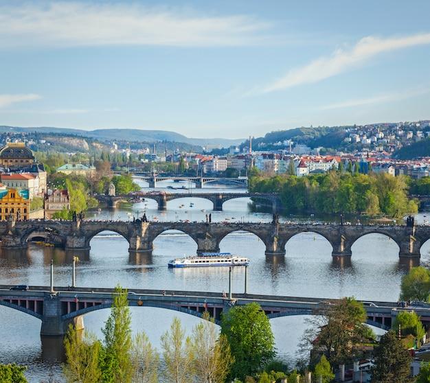 Панорамный вид на пражские мосты через реку влтаву