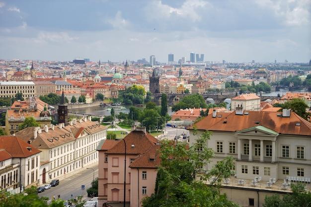Панорамный вид на город прага с красивыми облаками летом.
