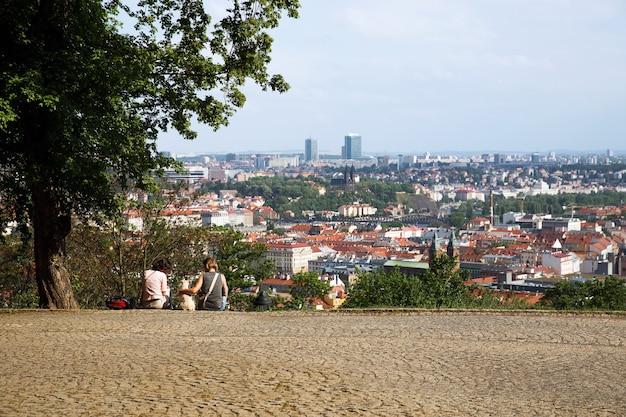 Панорамный вид на прагу с вершины петршинского холма с парой человек. прага, чешская республика.