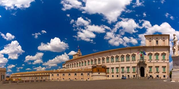 Панорамный вид на квиринальский дворец или палаццо дель квиринале с площади пьяцца дель квиринале в солнечный день, рим, италия.