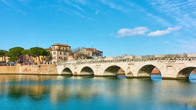 이탈리아 티베리우스 다리(ponte di tiberio)가 있는 리미니 시의 탁 트인 전망