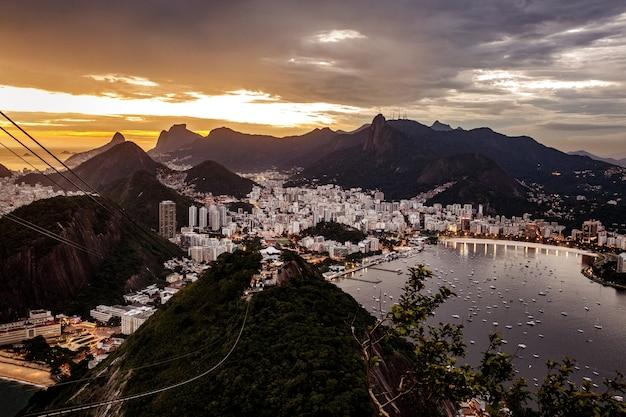 Панорамный вид на рио-де-жанейро, пейзаж бразилии, горы корковадо на закате.