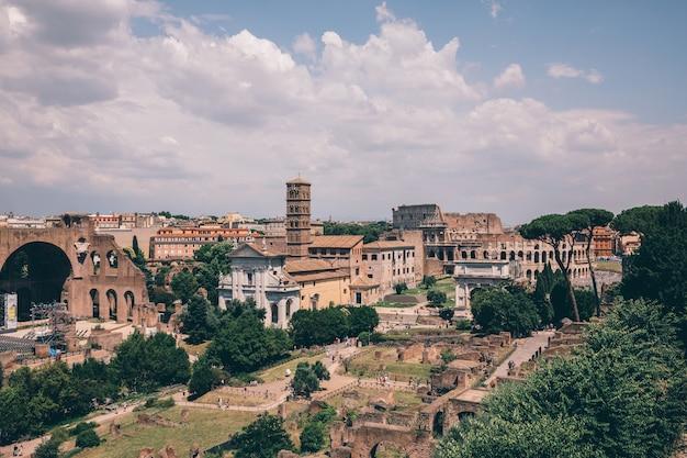 Панорамный вид на римский форум, также известный как forum romanum или foro romano, с палатинского холма. это форум, окруженный руинами древних правительственных зданий в центре рима.