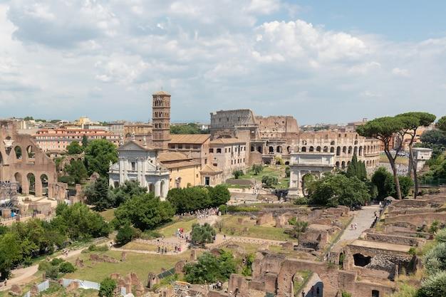 포룸 로마눔(forum romanum) 또는 팔라티노 언덕(palatinine hill)의 포로 로마노(foro romano)로도 알려진 포로 로마노(roman forum)의 탁 트인 전망. 로마 시내 중심에 있는 고대 정부 청사 유적에 둘러싸인 포럼입니다.