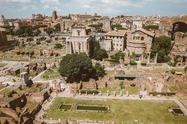 パラティーノの丘からフォロロマーノまたはフォロロマーノとしても知られるフォロロマーノのパノラマビュー。ローマ市の中心部にある古代政府の建物の廃墟に囲まれたフォーラムです。
