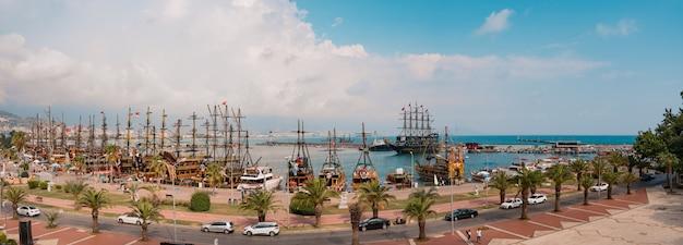 地中海の海岸湾のヨットのパノラマビュー