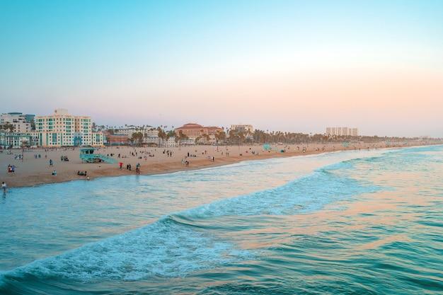 Панорамный вид на санта-монику и пляж на закате в калифорнии