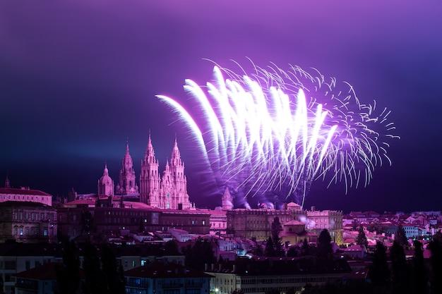 使徒サンティアゴの花火のお祝い中にサンティアゴデコンポステーラのパノラマビュー