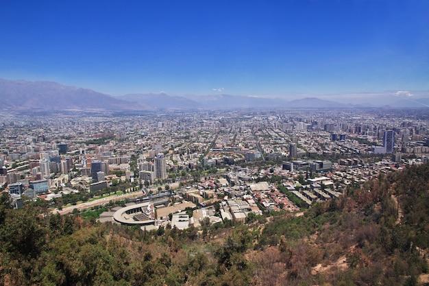 チリのサンクリストバルの丘からのサンティアゴのパノラマビュー