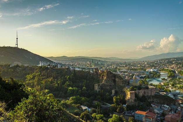 Панорамный вид на тбилиси на закате.