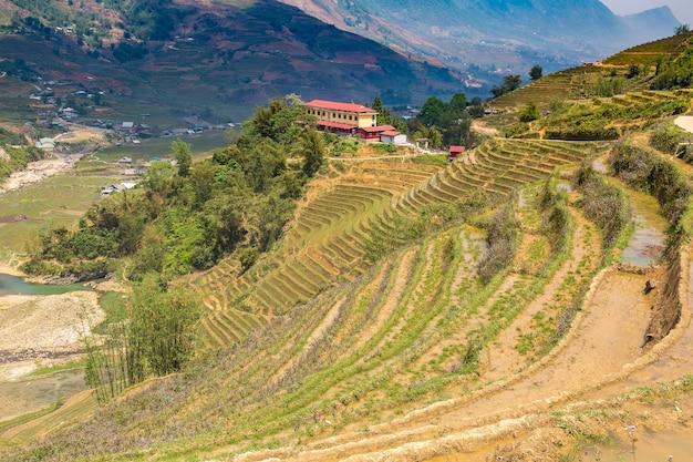 Панорамный вид террасированного рисового поля в сапе, лаокай, вьетнам