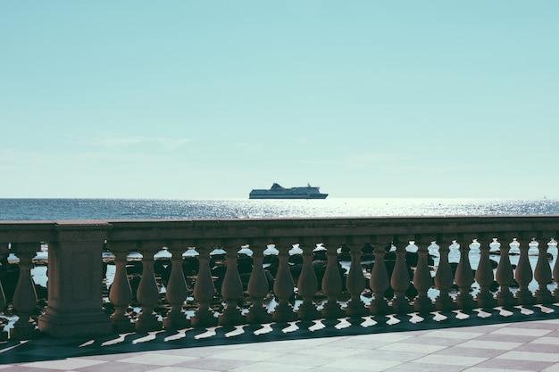 리보르노(livorno)의 투스카니(tuscany) 서쪽 해안에 있는 리구리아 해(ligurian sea) 앞에 있는 terrazza mascagni(mascagni 테라스)의 탁 트인 전망. 사람들은 테라스에서 걷고 휴식