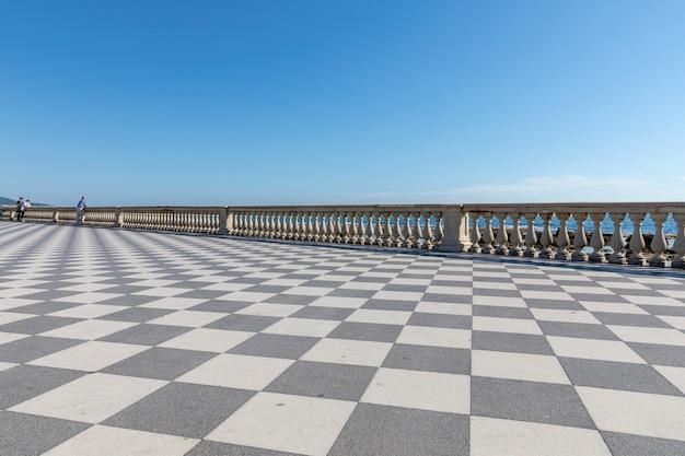 리보르노(livorno)의 투스카니(tuscany) 서쪽 해안에 있는 리구리아 해(ligurian sea) 앞 terrazza mascagni(mascagni 테라스)의 탁 트인 전망