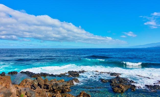 大西洋とテネリフェ島の岩の多い海岸、カナリア諸島のパノラマビュー-風景、海の景色