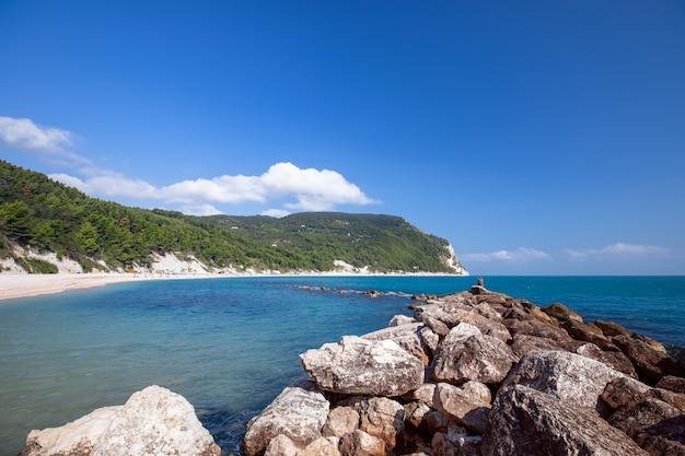 Панорамный вид на прекрасный пляж урбани на побережье ривьеры дель конеро. сироло, италия