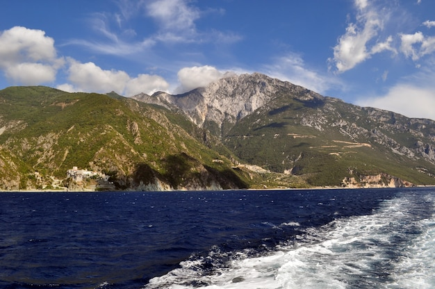 海と素晴らしい山々からの美しい海岸線のパノラマビュー