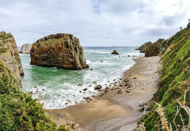 Панорамный вид на красивый остров у самого берега моря с чистым небом