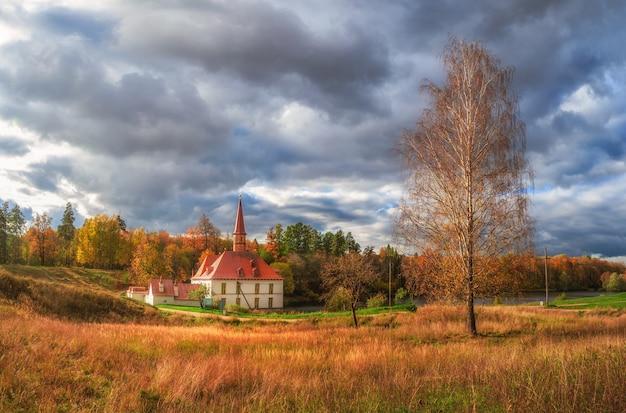 美しい自然の風景のパノラマビュー。晴れた夏の日の古い城、青い空と白いふわふわの雲。ガッチナ。ロシア。