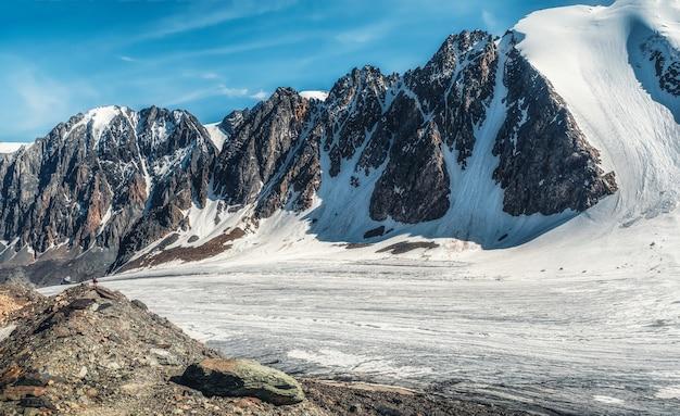 雪と氷に覆われた山の高いビッグアクトル氷河のパノラマビュー。アルタイの冬の風景。