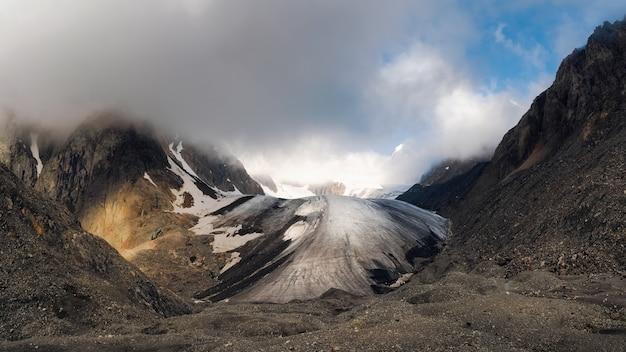 雪と氷に覆われた山の高いビッグアクトル氷河のパノラマビュー。劇的なアルタイの冬の風景。