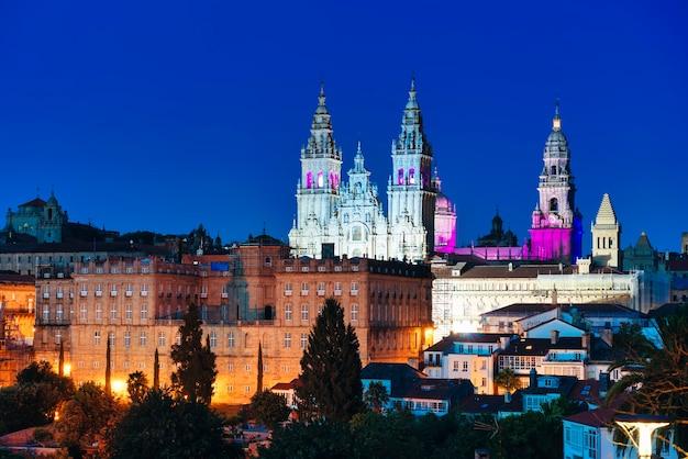 Панорамный вид на собор сантьяго-де-компостела в испании - синий час.