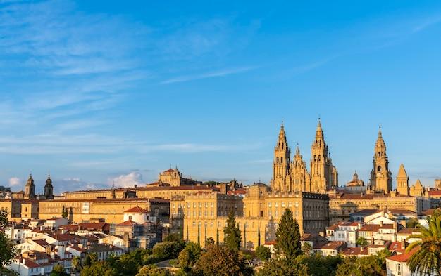 Панорамный вид на собор сантьяго-де-компостела в испании - золотой час
