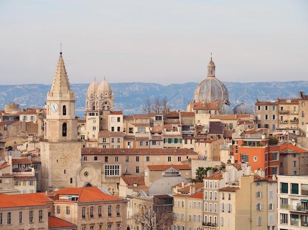 일몰 동안 교회 돔 지붕과 마르세유 프랑스의 굴뚝의 파노라마보기