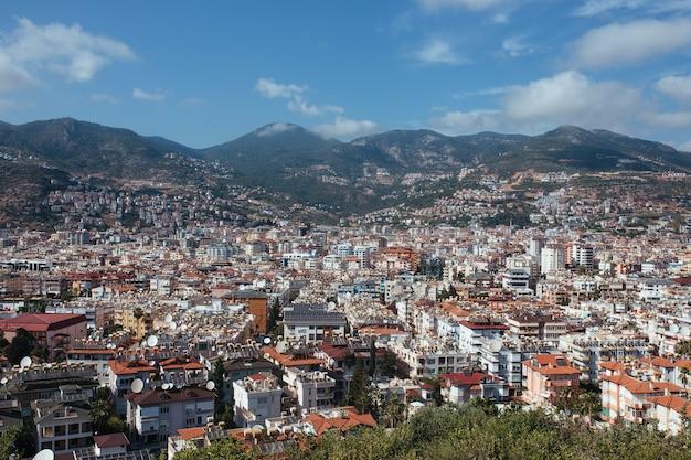 Панорамный вид на город и горы аланьи