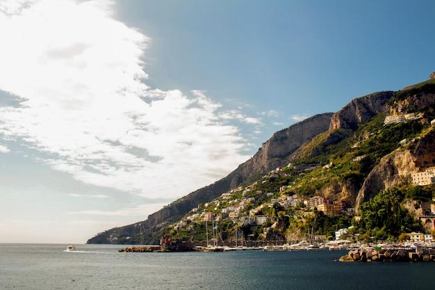 Панорамный вид на город и море в солнечный день. амальфи, италия.