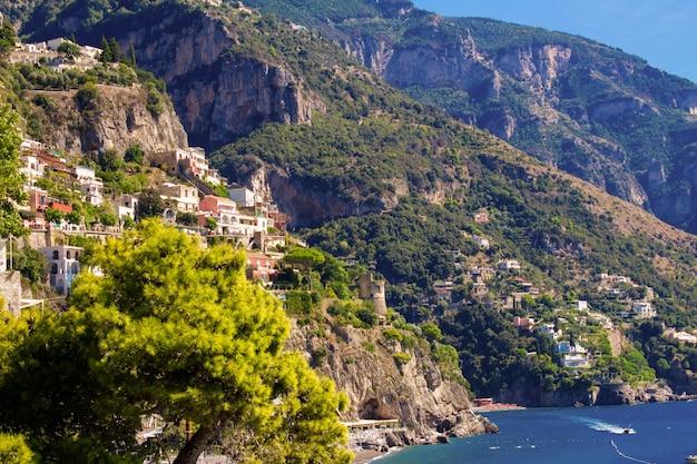 Панорамный вид на город и море в солнечный день. позитано, италия.