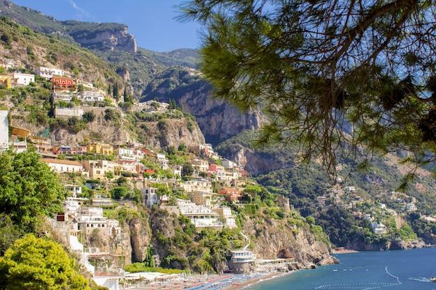 화창한 날에 도시와 바다의 파노라마보기 positano.italy.