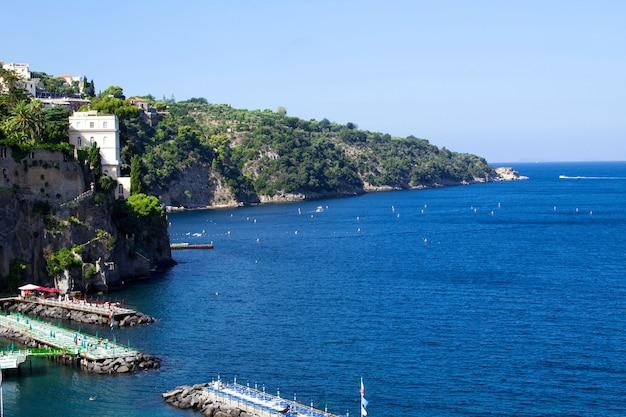 Панорамный вид на город и море в солнечный день. сорренто, италия.