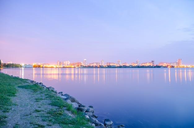 Панорамный вид на город ночью в свете огней