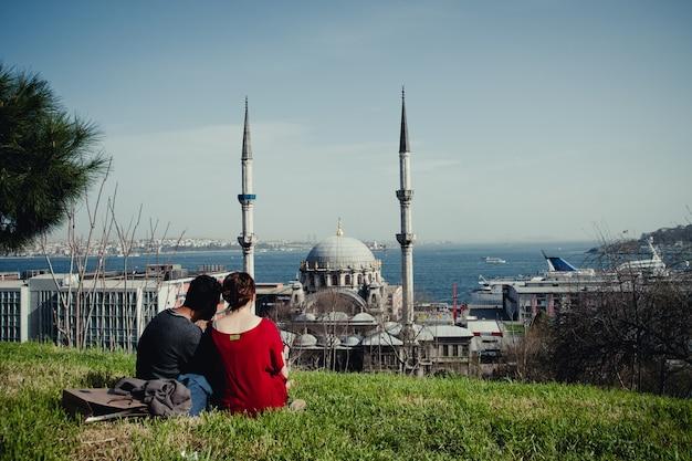 イスタンブールの街のパノラマの景色を眺めながら、モスクの尖塔